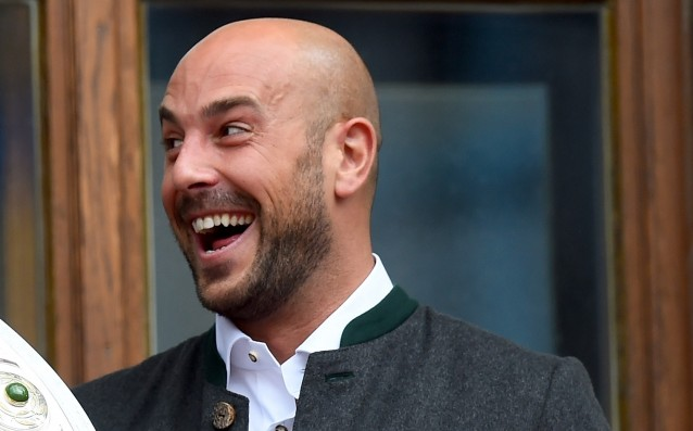 Pepe Reina signed a three-year contract with Napoli