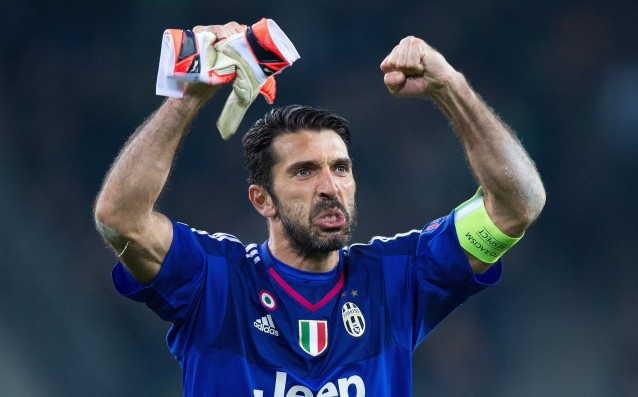 Buffon offered his gloves in exchange of a scarf of Gladbach