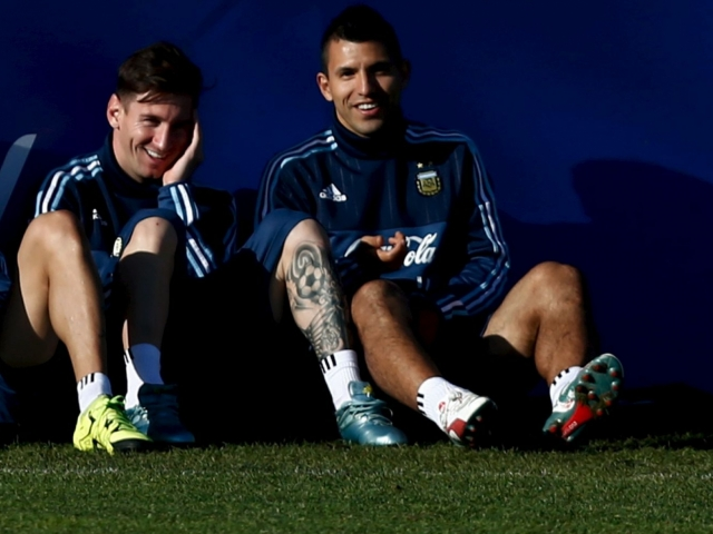 Aguero: 'Messi knows that in Manchester there is no beach.'