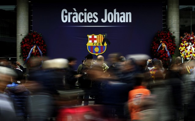 Barcelona showed special t-shirts to commemorate Cruyff