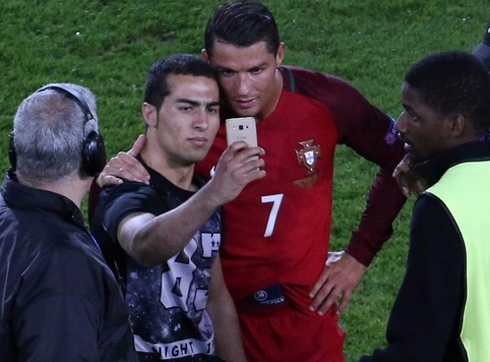 A fan invaded the pitch and take a selfie with Ronaldo